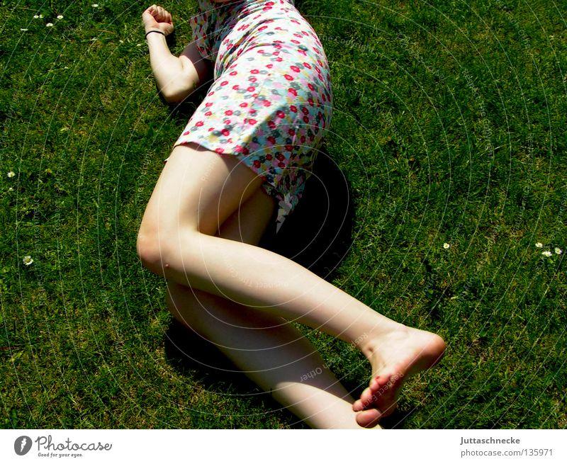 It´s the Age of Aquarius Frau Gras Wiese Sommer Sommerkleid Blume Müdigkeit Erholung genießen harmonisch angenehm Frieden Fröhlichkeit Freude liegen rumliegen