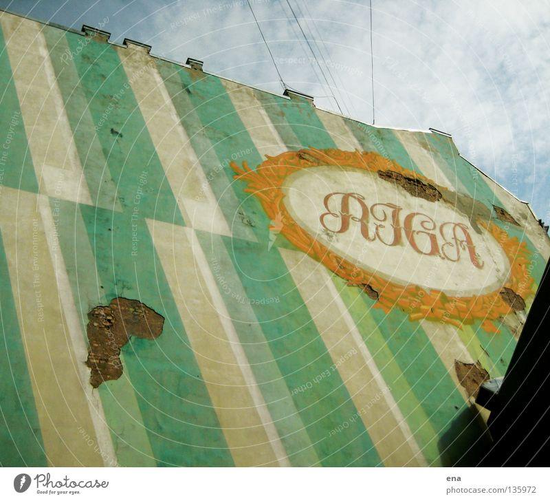 kleb dem giebel einen Riga Lettland Stadt Haus Dachgiebel Fassade Mauer Riss grün Streifen vertikal Abstufung Brandmauer Wahrzeichen Logo zudecken