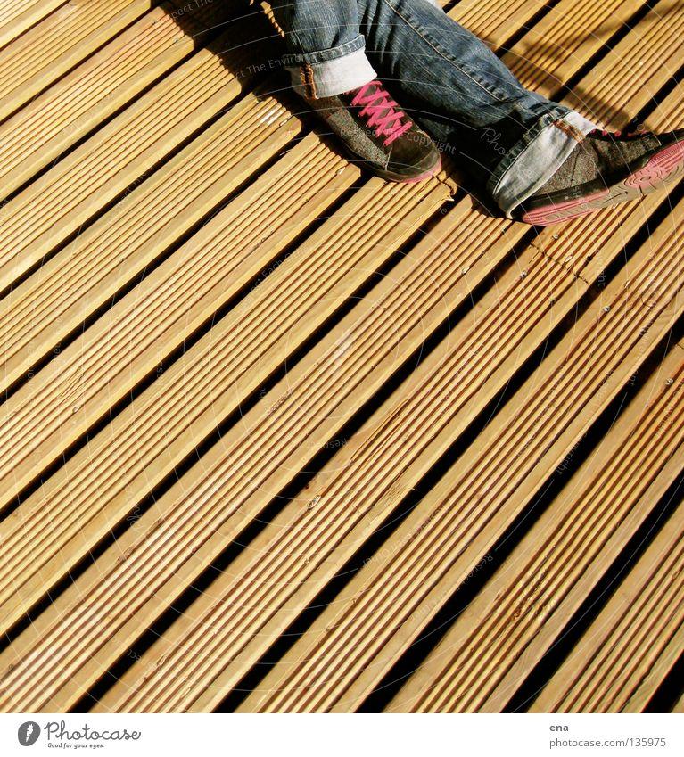brettfuss Ferien & Urlaub & Reisen Holz Furche diagonal Schuhe Schuhbänder violett Erholung ruhen schlafen Physik Sommer wandern beige Terrasse Steg jenni