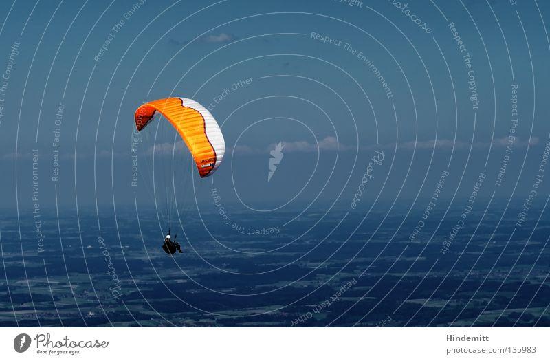 Grenzenlos im Chiemgau Mensch Himmel Mann blau weiß Freude Wolken Berge u. Gebirge Wärme Freiheit Glück Luft orange Wetter Freizeit & Hobby fliegen