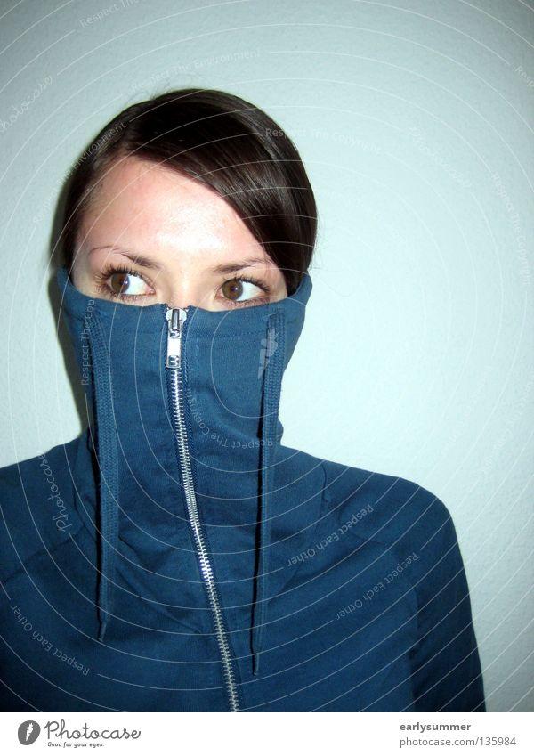 skeptisch zur Seite schauende weibliche Person mit Pullover vor Gesicht Corona-Virus Maske Maskenpflicht coronavirus Skepsis Vorsicht Schüchternheit drehen
