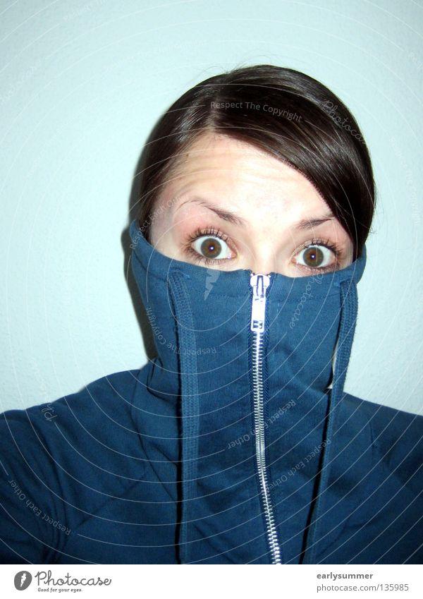 entsetzt guckende weibliche Person mit Pullover vor Gesicht corona Mundschutz Maskenpflicht coronakrise coronavirus Coronavirus SARS-CoV-2 gefährlich Augenbraue