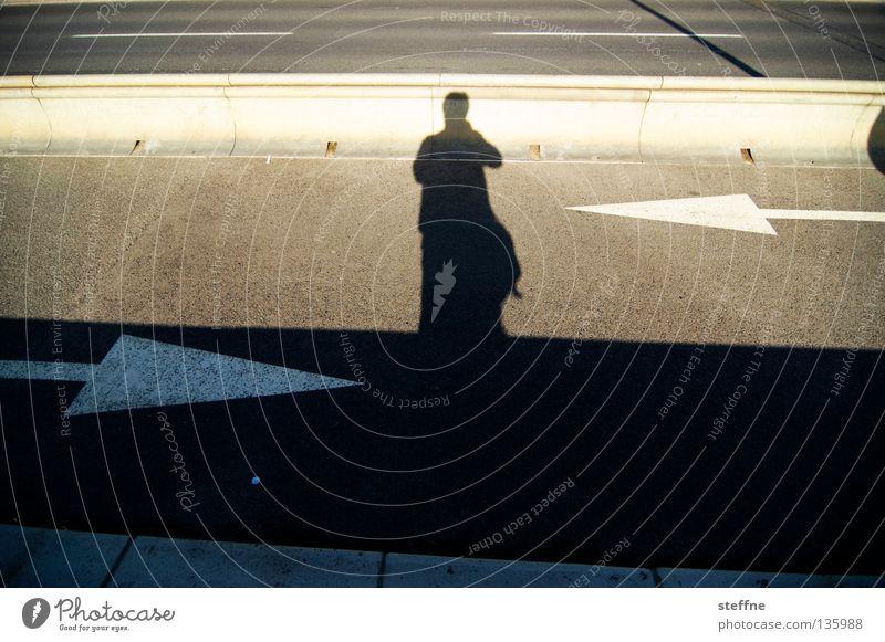 Wo soll das bloß hinführen? Fahrbahn Spuren Licht Bürgersteig Verkehrswege Mann Straße Schatten Mensch Pfeil Bodenbelag Pfeilspitze entgegengesetzt Busspur