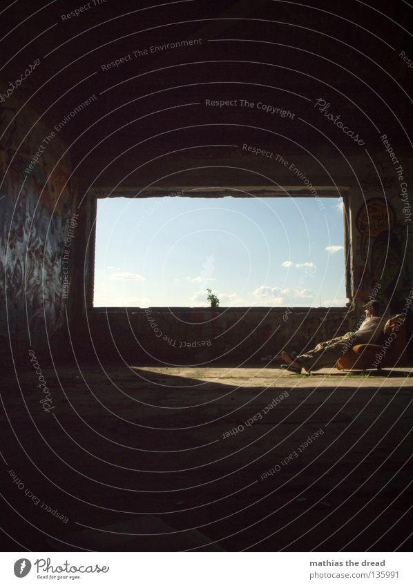 WINDOW II Wolken Blume Pflanze Blumentopf Topfpflanze Stil Lifestyle Leben live dunkel schwarz weiß mehrfarbig Licht Sonnenstrahlen Lichteinfall Beton kaputt