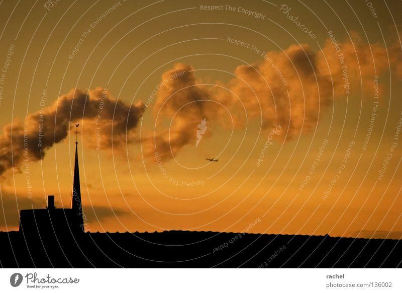 Rauchzeichen schön ruhig Ferien & Urlaub & Reisen Ferne Häusliches Leben Luftverkehr Rücken Himmel Wolken Horizont Wetter Nebel Gebäude Dach Schornstein