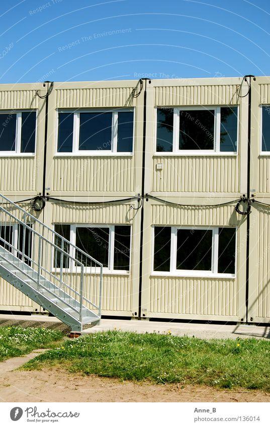 Containerlandschaft Himmel grün blau Fenster Gras grau Architektur Treppe Kabel einfach Baustelle Stahl Schönes Wetter beige