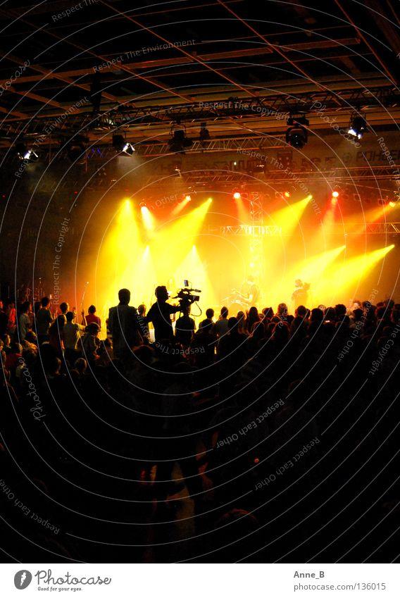 Rocking for Jesus! Party Veranstaltung Musik Publikum Menschenmenge Bühne Konzert gelb rot schwarz Stimmung Zusammensein Bühnenbeleuchtung Kameramann laut