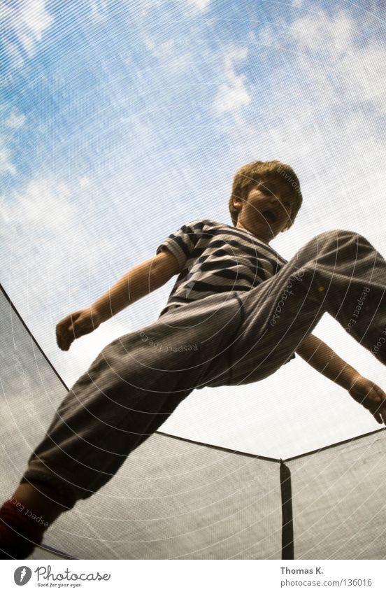 Down Under Kind Freude Spielen Junge springen Bodenbelag Sicherheit Netz Versicherung Fangnetz hüpfen Salto Trampolin