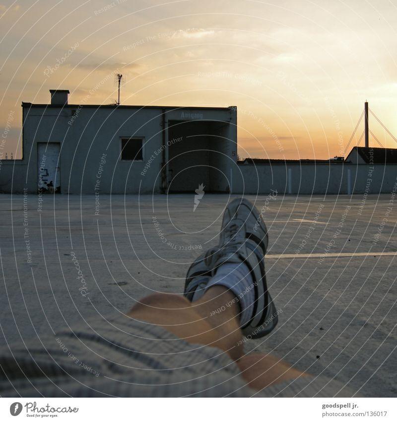 sonnendeck Erholung faulenzen Abenddämmerung Parkhaus Parkdeck liegen Himmel Parkplatz Egoperspektive Turnschuh Feierabend lässig luftig Füße hoch