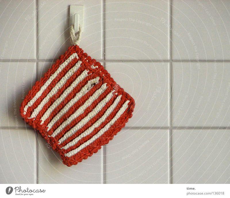 Treuer Begleiter heiß Sicherheit Arbeitsplatz rot weiß rot-weiß Textilien Wand Haken hängen aufhängen Quadrat parallel Detailaufnahme Haushalt Küche Topflappen