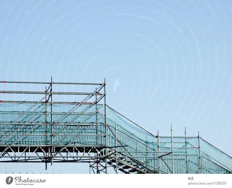 hoch oder runter blau Wege & Pfade Treppe Brücke fallen steigen Baugerüst erobern