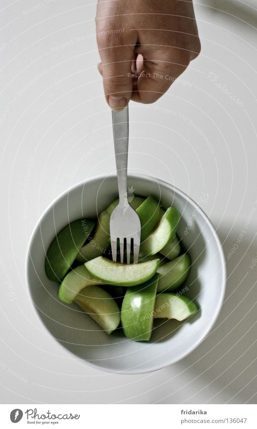 apfel stückchen II Frucht Apfel Ernährung Essen Bioprodukte Diät Schalen & Schüsseln Besteck Gabel Gesundheit Wellness Leben Kur Hand festhalten frisch saftig