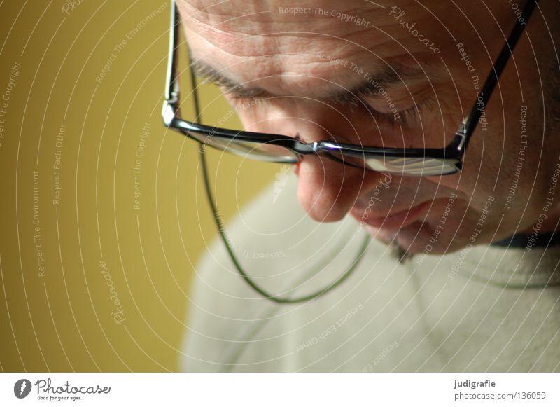 Lesen Mensch Mann Gesicht Farbe Mund maskulin Nase lesen Brille Bildung Konzentration Interesse Augenbraue gelehrt Stirn produzieren