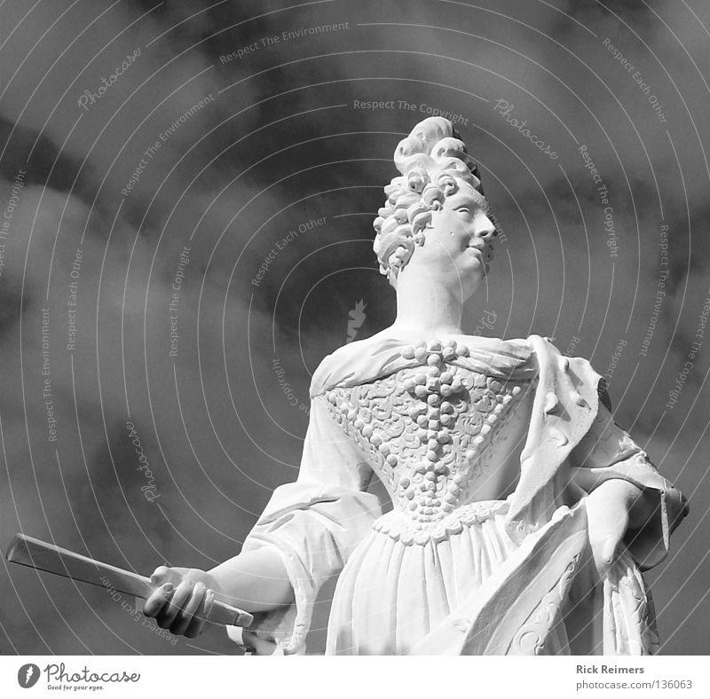 Kurfürstin Sophie Hannover Herrenhausen-Stöcken Park Kunst Romantik Stadtleben Niedersachsen Kultur Wolken Skulptur Kleid schwarz weiß Garten Großer Garten