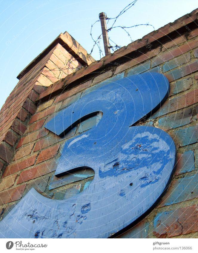 3 Ziffern & Zahlen Aufschrift Beschriftung Mauer Stacheldraht Barriere einsperren aussperren Turm Backstein Typographie Blech Sicherheit gefährlich Stein Himmel