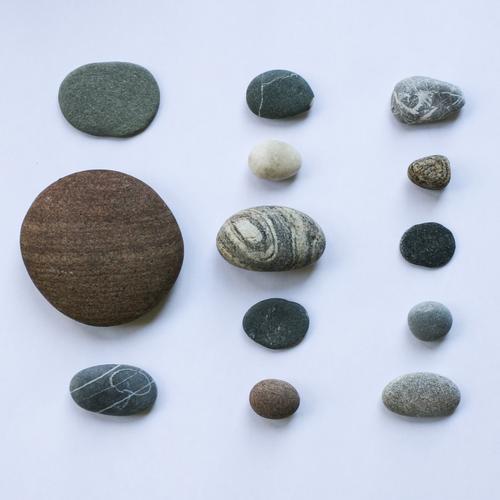 Steine sind still Lifestyle Urelemente Sammlung Sammlerstück Kieselsteine Rechteck Quadrat aufgereiht Super Stillleben liegen einzigartig braun grau ästhetisch
