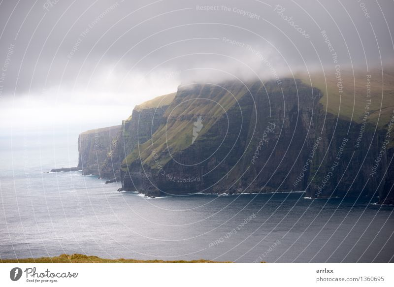 Landschaft auf den Färöern schön Meer Berge u. Gebirge Umwelt Natur Wolken Wetter Gras Wiese Felsen Stein grau grün Abenteuer Freiheit intensiv dramatisch