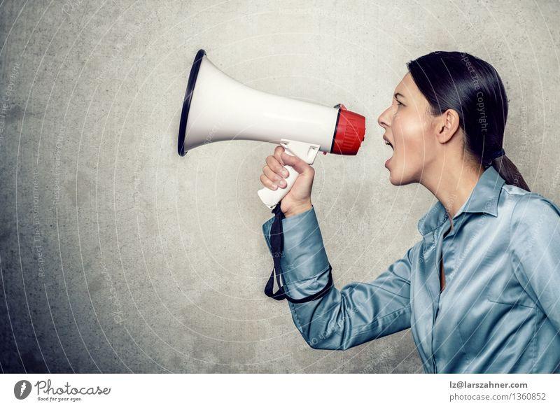 Frau in langärmeligem Seidenhemd, Schreien mit Megaphon Lautsprecher Erwachsene Hemd Tube modern Anzeige Inserat angriffslustig Ankündigung Mitteilung Entwurf