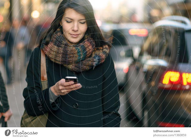 Moderne junge Frau, die eine SMS liest Ferien & Urlaub & Reisen Stadt schön Winter Erwachsene Straße Lifestyle modern Verkehr Aktion Technik & Technologie
