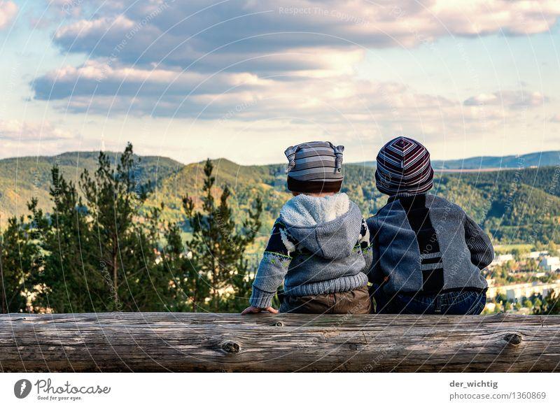 Fernweh #4 Mensch Kind Natur Ferien & Urlaub & Reisen Baum Wolken Wald Berge u. Gebirge Herbst Junge Familie & Verwandtschaft maskulin wandern Kindheit sitzen Schönes Wetter