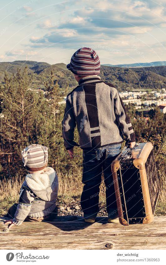 Fernweh #1 Mensch Kind Natur Ferien & Urlaub & Reisen Baum Wolken Wald Berge u. Gebirge Herbst Junge maskulin wandern Kindheit sitzen stehen Sträucher