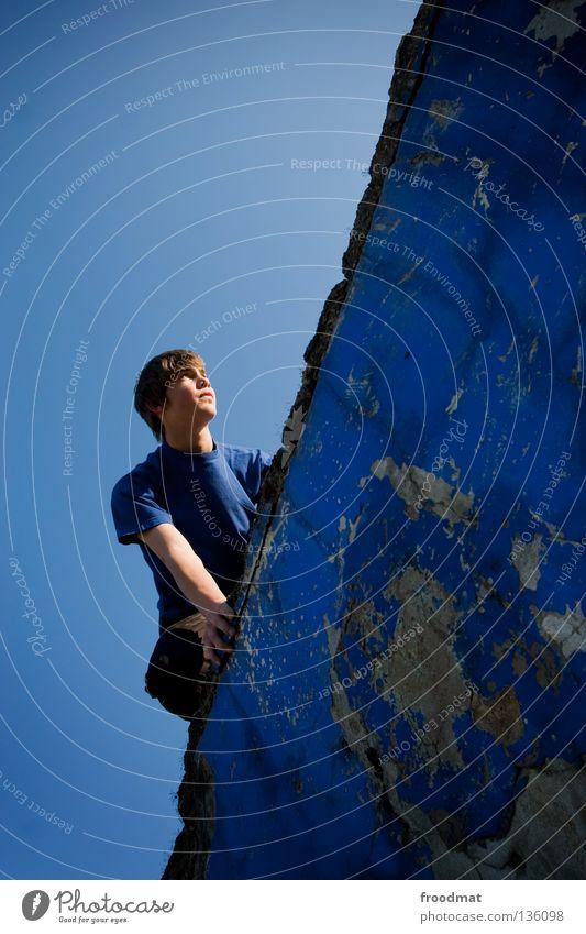 blau machen Himmel Jugendliche Freude Erholung Bewegung springen Mauer Zufriedenheit elegant frei Flugzeug ästhetisch verrückt Luftverkehr Aktion Coolness