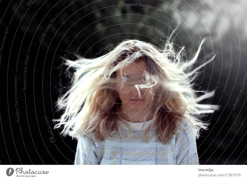der Moment Mensch Frau Jugendliche Junge Frau 18-30 Jahre Erwachsene Leben Bewegung feminin Haare & Frisuren Stimmung träumen Kraft Wind blond einzigartig