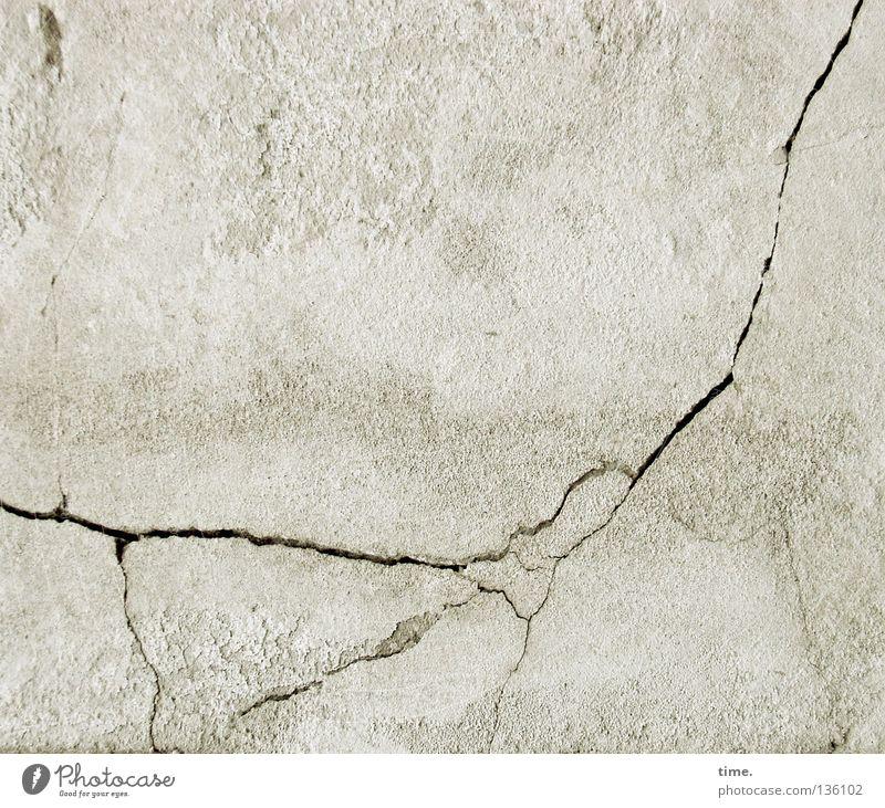 Mädchen, sich an seinen davon fliegenden Drachen klammernd weiß Wand Spielen Mauer Angst kaputt Vergangenheit Panik Riss Putz Fantasygeschichte Hausmauer Kalk