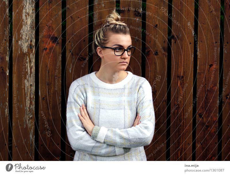 kein Interesse! Mensch Frau Jugendliche Junge Frau 18-30 Jahre Gesicht Erwachsene Leben feminin Haare & Frisuren Mode authentisch blond Bekleidung beobachten
