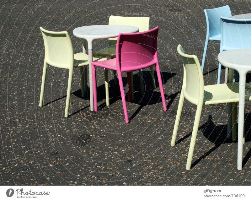 embarras de richesses blau Sommer Einsamkeit gelb rosa Tisch leer Stuhl Asphalt Gastronomie Café Statue Möbel Sportveranstaltung wählen zyan