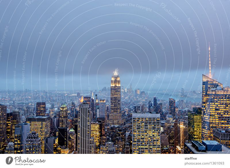 Weihnachtsbeleuchtung New York City Manhattan USA Stadtzentrum Skyline bevölkert überbevölkert Hochhaus Wahrzeichen Empire State Building Bekanntheit Dämmerung