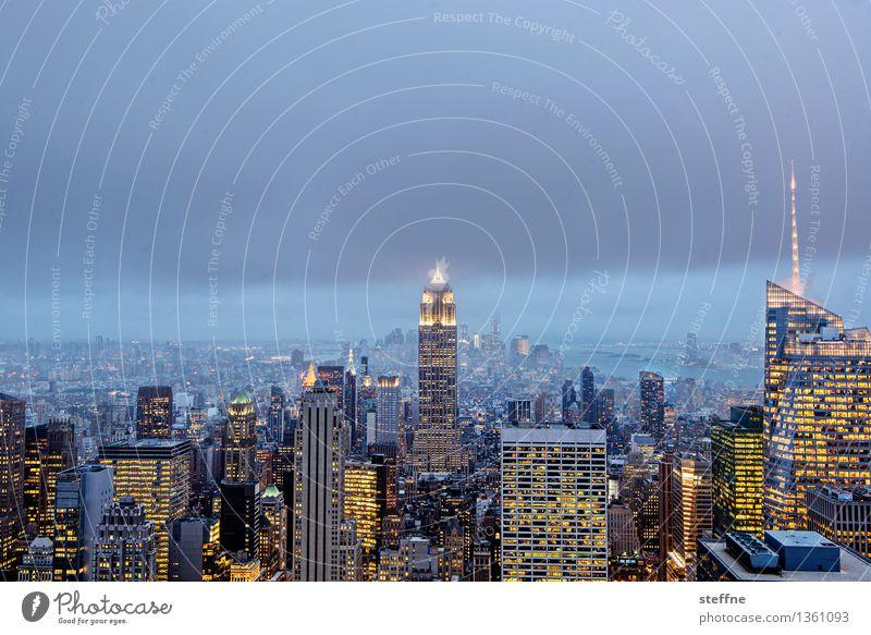 Weihnachtsbeleuchtung Stadt Wolken leuchten Hochhaus USA Skyline Wahrzeichen Stadtzentrum Bekanntheit Manhattan bevölkert New York City überbevölkert
