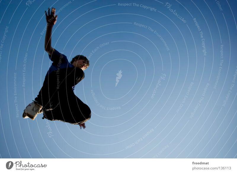 blauadler Le Parkour springen Rückwärtssalto rückwärts Gegenlicht Schweiz akrobatisch Flugzeug Körperbeherrschung Mut Risiko gekonnt lässig schwungvoll Aktion