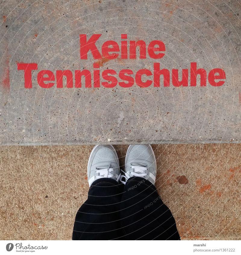 nur Zuschauer Mensch Gefühle Sport Spielen Beine Stimmung Fuß Freizeit & Hobby Schilder & Markierungen Erfolg Schriftzeichen Schuhe Bekleidung Beton