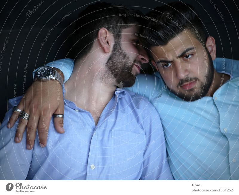 . maskulin 2 Mensch Hemd Ring Armbanduhr brünett kurzhaarig Vollbart festhalten hören sprechen selbstbewußt Coolness Akzeptanz Vertrauen Sicherheit Schutz