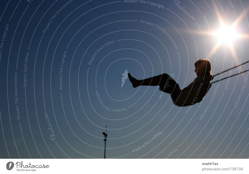 Schaukeln die zweite Himmel blau Sonne Meer Strand Spielen Junge Sand Fuß Flügel Turm Kind Pfosten Swing
