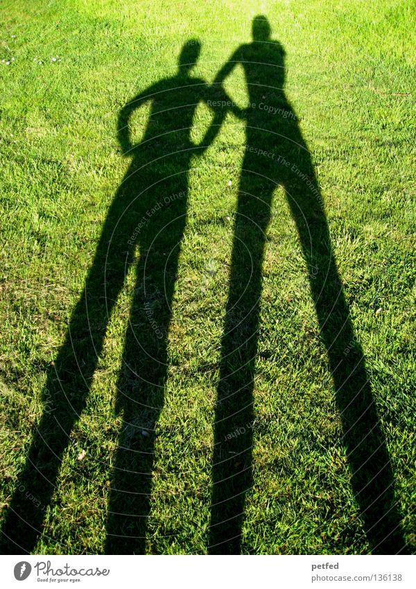 Was denn...? Wiese Gras Licht grün schwarz biegen bücken unten schmal lang obskur Mensch Schatten Sonne Freude lustig Natur Leben Fun Beine Arme oben