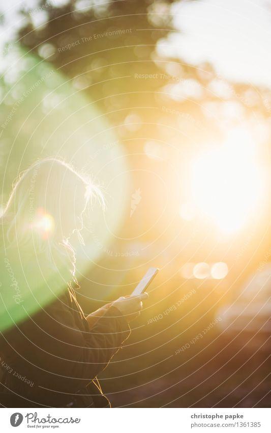 Klingelt Mensch Frau Erwachsene feminin hell Freizeit & Hobby Technik & Technologie Kommunizieren Telekommunikation Schönes Wetter Internet Handy Informationstechnologie E-Mail PDA 30-45 Jahre