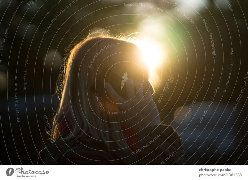Anruf Handy PDA Technik & Technologie Telekommunikation Informationstechnologie feminin 1 Mensch 30-45 Jahre Erwachsene Herbst festhalten hören Kommunizieren
