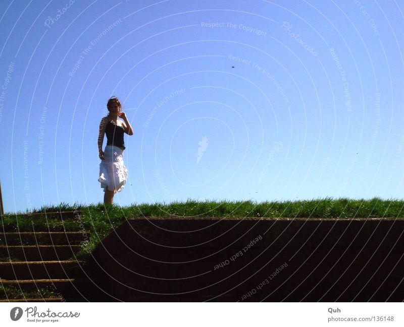 Deichkind Frau Wiese Gras Nordfriesland grün weiß Sommer Meer Mensch Rasen Weide Küste Fluss Stein Treppe Wind wehen Himmel blau Schönes Wetter Blick oben
