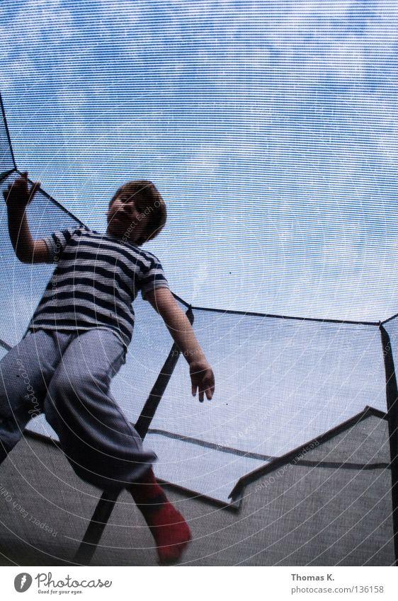 Down Under II Kind Freude Spielen Junge springen Bodenbelag Sicherheit Netz Versicherung Fangnetz hüpfen Salto Trampolin