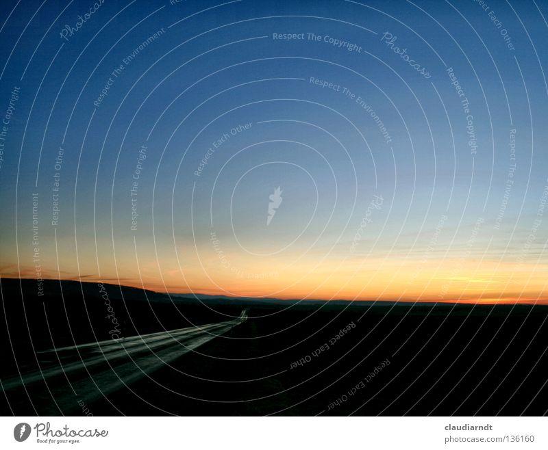 Hinter dem Horizont Autofahren Ferien & Urlaub & Reisen Dämmerung Abend Warme Farbe Wassergraben Asphalt Teer geradeaus Richtung Zukunft Sonnenuntergang dunkel