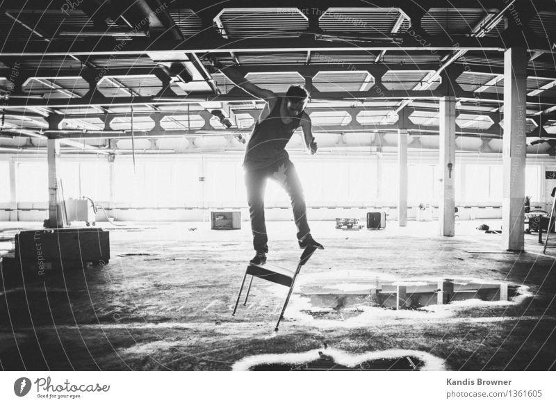 Gleichgewicht Lifestyle Stuhl Industrieanlage Mensch maskulin Junger Mann Jugendliche 1 18-30 Jahre Erwachsene Jugendkultur Show Sonnenlicht Sommer Fabrik