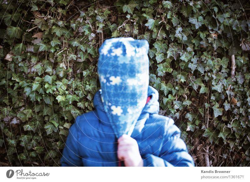 Kind mit Mütze vor Textur maskulin Kleinkind Junge 1 Mensch 1-3 Jahre Punk Herbst Pflanze Sträucher Jacke Maske festhalten stehen authentisch trashig blau grün