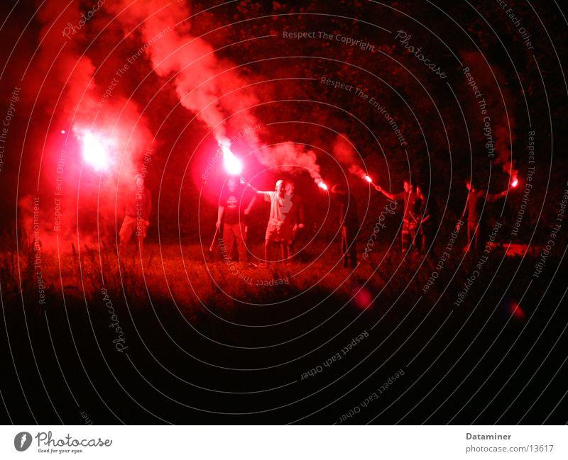 Flammendes Inferno Nacht Licht Bengalen Überfall Show Desaster Brand Party rot grell Menschengruppe Light Fluss hell