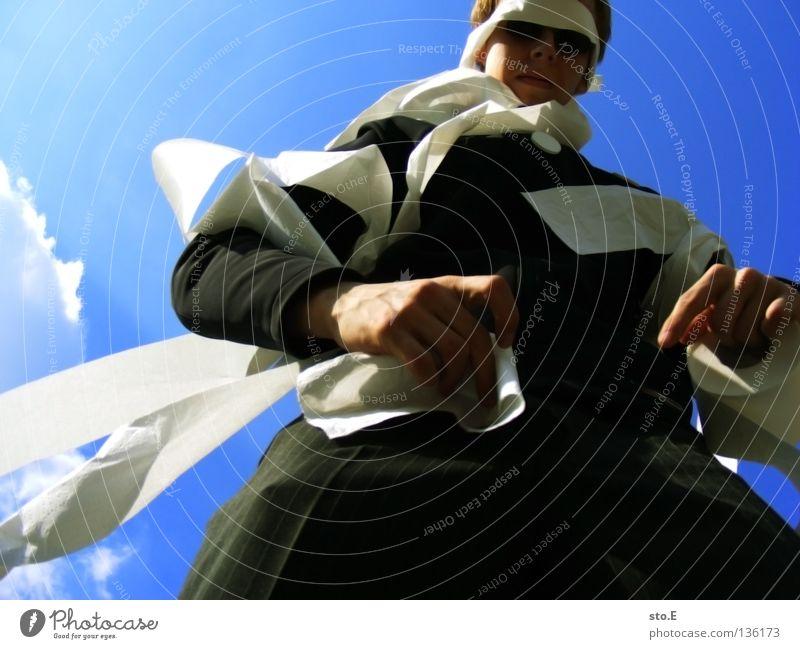 wirres zeug pt.2 Kerl Mann Jugendliche skurril Papier umwickelt wickeln gebunden binden Sonnenbrille sinnlos dumm flattern Wand Wolken schlechtes Wetter