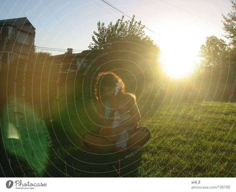 die Mamma Frau Kind Natur Familie & Verwandtschaft grün weiß Baum Sonne Sommer ruhig Einsamkeit Haus Liebe Wiese Freiheit Gras