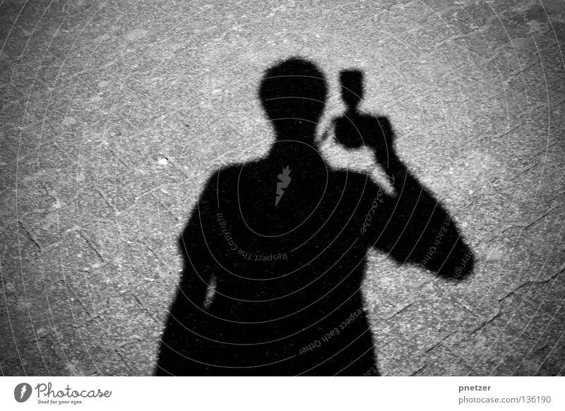 Schattenpaparazzo schwarz grau Licht dunkel Asphalt Beton Mann Fotografie Paparazzo verfolgen Sportveranstaltung Konkurrenz Straße Wege & Pfade Mensch
