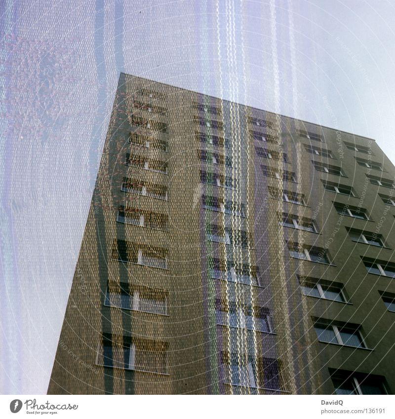 Des Wohnblocks neue Kleider II Block Haus Gebäude Unterkunft Stadthaus Plattenbau Wohnung Fassade Fenster Lebensraum Baum Stoff Streifen gestreift Sofa Liege