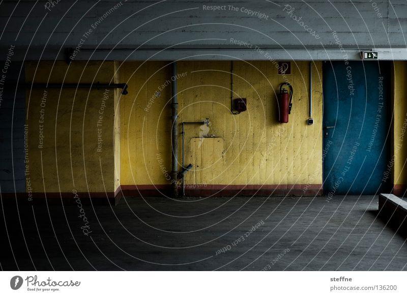 Farbtupfer Parkhaus parken Beton grau trist Feuerlöscher gelb Gebäude Garage Tiefgarage Parkdeck Fluchtweg Detailaufnahme verfallen Vergänglichkeit DDR schäbig